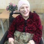 К. Юлия Александровна 1979 года рождения, инвалид первой группы. Юлия страдает ДЦП, очень стремится к самостоятельности. Сама пытается кушать ложкой, много проливает, но удовольствие она получает немалое